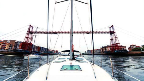Visión del Puente Bizkaia desde un velero